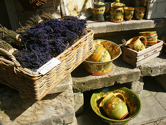 photo of lavender and Les Baux pottery. ©J. Hulsey